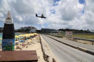 """""""Gefährlicher"""" Strandabschnitt Maho Beach auf St. Maarten."""