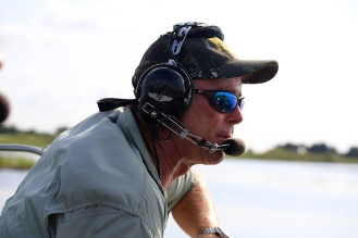 Der coole Typ mit dem Kopfhörer fährt Sie mit Vollgas durch die Sumpflandschaft.