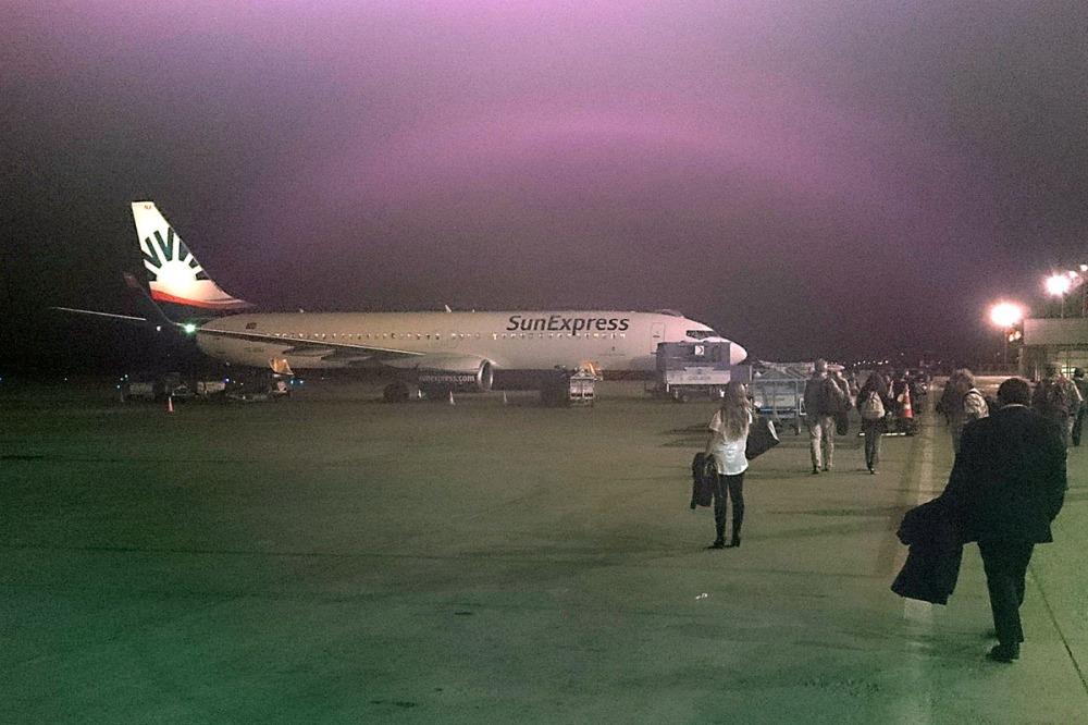 Gegen 00.00 Uhr landet das Flugzeug wieder in Antalya.
