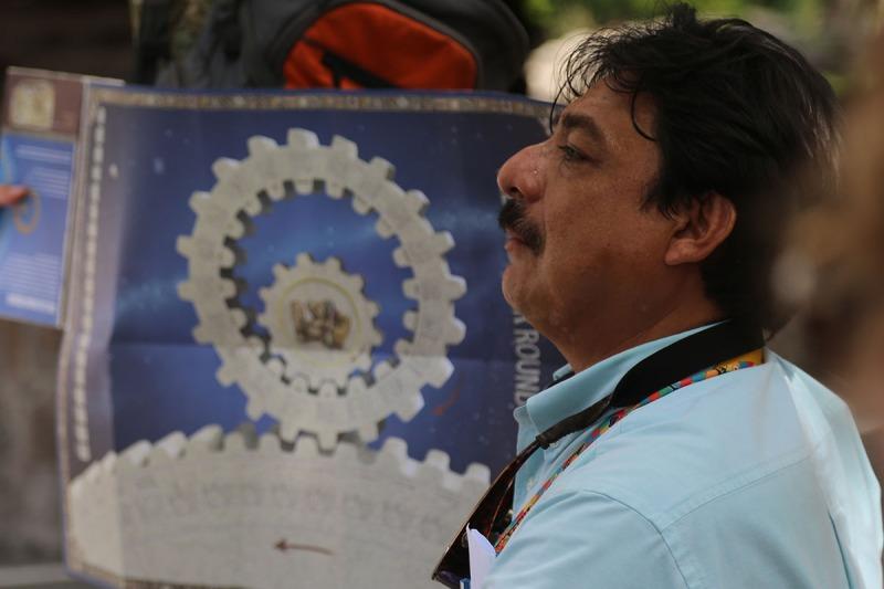 Der Reiseleiter erklärt den Maya-Kalender.