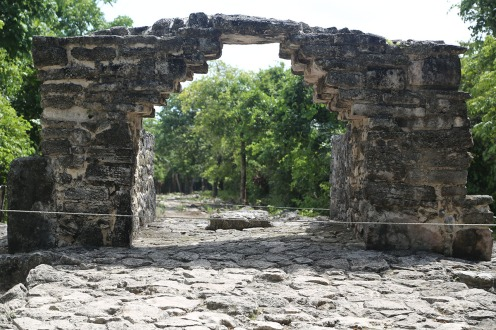 Antiker Torbogen als Beweis der Baukunst der Maya.