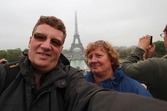 Selbst bei Nebel ist der Blick vom Trocadero auf den Eiffelturm beeindruckend.