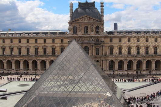Die Warteschlangen vorm Louvre lassen sich mit der Paris Card umgehen.
