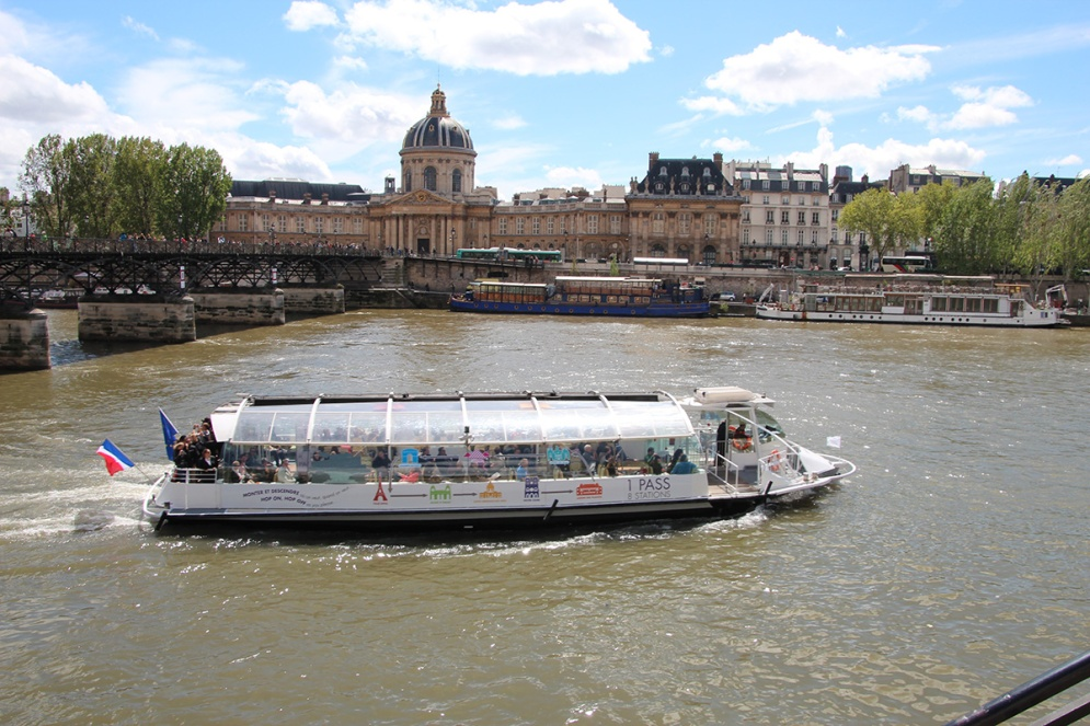 Die kleinen Boote auf der Seine sind den ganzen Tag unterwegs.