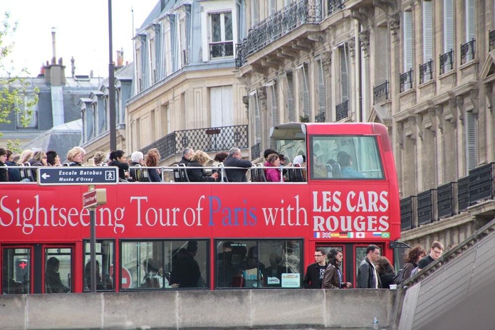 Die roten Busse prägen das Stadtbild von Paris und liefern einen guten ersten Einblick.