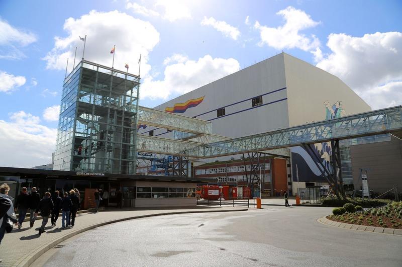 Eingang zur Meyer Werft in Papenburg. Von hier aus werden die Besuchergruppen über das Gelände geführt. (Foto: WuKomm)