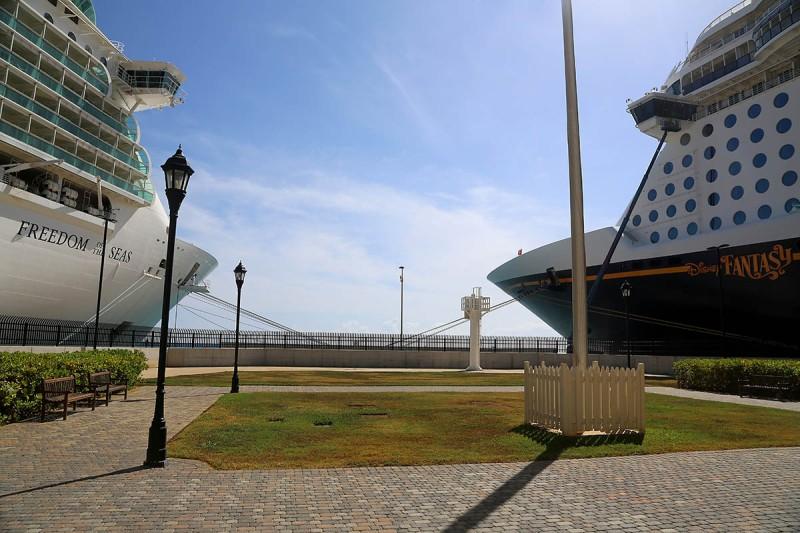 Große Kreuzfahrtschiffe prägen das Bild im Hafen von Jamaika. (Foto: wukomm)