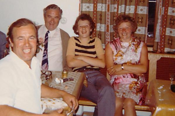 Erinnerungen an den Aufenthaltsraum im Haus Bergheim mit Pensionswirt Höller (l.).