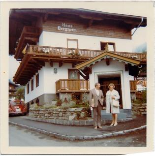 Meine Eltern, Lisa und Heinrich Wullhorst, 1973 vor dem Haus Bergheim.