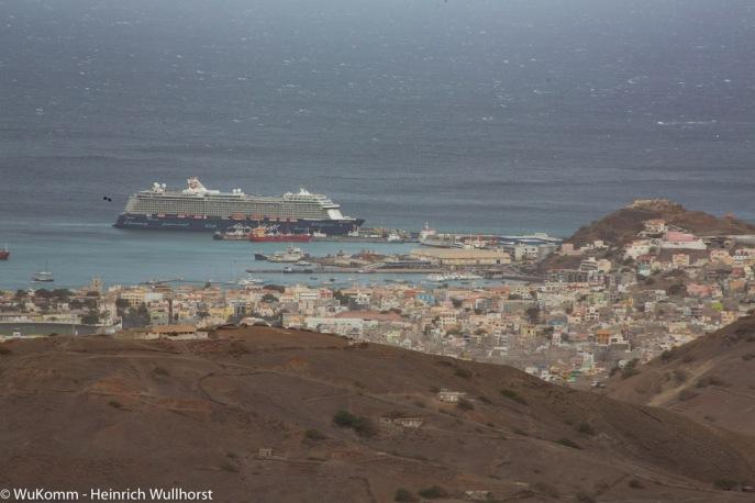 Blick vom Berg auf den Hafen von MIndelo und auf Mein Schiff 4.