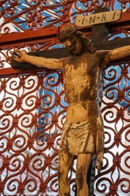 Antikes Kreuz in katholischer Kirche.