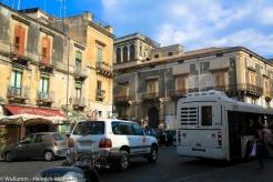 Acireale heißt der betriebsame Ort im Westen Siziliens.